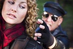 Giovane ragazza teenager con l'uomo che raggiunge per afferrarla Fotografia Stock