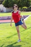 Giovane ragazza teenager di Latina che allunga sull'erba verde Fotografie Stock Libere da Diritti