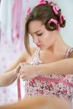 Giovane ragazza teenager messa a fuoco sul seno di misurazione Immagini Stock