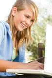Giovane ragazza teenager su un computer Fotografie Stock Libere da Diritti