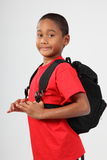 Giovane ragazzo 9 pronto per il banco con il suo zaino Immagini Stock
