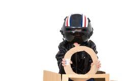 Giovane ragazzo adorabile vestito con il costume pilota Immagine Stock