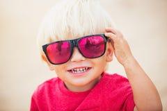 Giovane ragazzo alla spiaggia Fotografie Stock