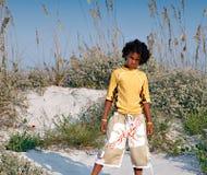 Giovane ragazzo alla spiaggia Immagini Stock Libere da Diritti