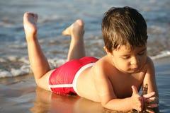 Giovane ragazzo alla spiaggia Immagine Stock Libera da Diritti