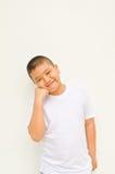 Giovane ragazzo asiatico che attende qualcosa Fotografie Stock