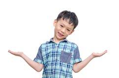Giovane ragazzo asiatico che mostra lo spazio della copia Fotografia Stock