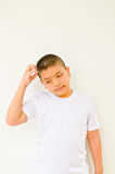 Giovane ragazzo asiatico che pensa qualcosa Fotografia Stock Libera da Diritti