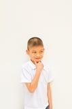 Giovane ragazzo asiatico che pensa qualcosa Immagini Stock