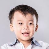 Giovane ragazzo asiatico sveglio con il grande sorriso isolato Fotografia Stock Libera da Diritti