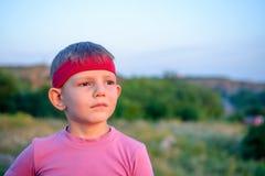 Giovane ragazzo bello che fissa nella distanza Fotografia Stock Libera da Diritti