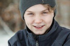 Giovane ragazzo bello con un sorriso amichevole Immagini Stock