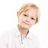 Giovane ragazzo biondo isolato in camicia bianca Immagini Stock