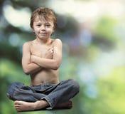 Giovane ragazzo Buddha sulla foresta verde Fotografie Stock