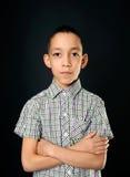 Giovane ragazzo calmo che esamina macchina fotografica Fotografie Stock