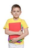 Giovane ragazzo in camicia gialla con i libri Fotografia Stock Libera da Diritti