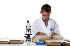 Giovane ragazzo in cappotto del laboratorio che cattura le note Fotografie Stock