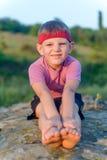 Giovane ragazzo che fa allungando gli esercizi Fotografia Stock Libera da Diritti