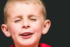 Giovane ragazzo che fa un fronte sciocco Fotografia Stock Libera da Diritti