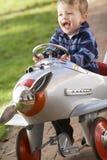 Giovane ragazzo che gioca all'aperto nel sorridere dell'aeroplano Immagine Stock Libera da Diritti