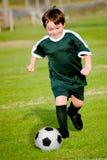 Giovane ragazzo che gioca calcio Fotografia Stock Libera da Diritti