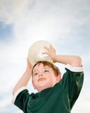 Giovane ragazzo che gioca calcio Fotografia Stock