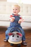 Giovane ragazzo che gioca con il giro sul mouse del giocattolo nel paese Fotografia Stock Libera da Diritti