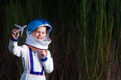 Giovane ragazzo che gioca con un aereo del giocattolo Immagine Stock