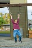 Giovane ragazzo che gioca durante l'incavo immagini stock libere da diritti