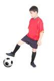 Giovane ragazzo che gioca gioco del calcio Fotografie Stock Libere da Diritti