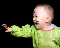 Giovane ragazzo che gioca il gioco di colore Fotografia Stock
