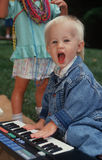 Giovane ragazzo che gioca il piano del giocattolo Immagine Stock