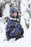 Giovane ragazzo che gioca nella neve fotografia stock