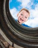 Giovane ragazzo che gioca sul campo da giuoco Fotografia Stock