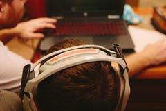 Giovane ragazzo che gioca sul computer Immagine Stock Libera da Diritti