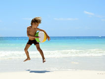 Giovane ragazzo che gioca sulla spiaggia tropicale Immagine Stock Libera da Diritti