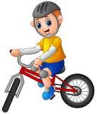 Giovane ragazzo che guida una bicicletta su un fondo bianco illustrazione vettoriale