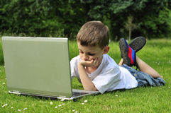 Giovane ragazzo che lavora al computer portatile Fotografia Stock Libera da Diritti