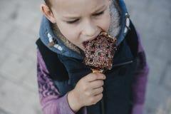 Giovane ragazzo che mangia le cialde per le cialde belghe della prima colazione fotografia stock libera da diritti