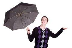 Giovane ragazzo che oltrepassa l'ombrello, braccia aperte Fotografie Stock