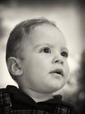 Giovane ragazzo che osserva fisso in avanti fotografia stock libera da diritti