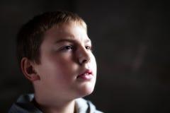 Giovane ragazzo che osserva in su con la speranza nei suoi occhi Fotografia Stock Libera da Diritti