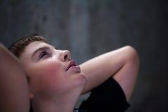 Giovane ragazzo che osserva in su con la speranza nei suoi occhi Fotografie Stock Libere da Diritti