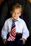 Giovane ragazzo che porta una cravatta della bandierina degli Stati Uniti Fotografia Stock Libera da Diritti