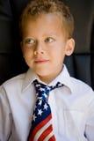 Giovane ragazzo che porta una cravatta della bandierina degli Stati Uniti Fotografia Stock