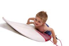 Giovane ragazzo che pratica il surfing Fotografie Stock
