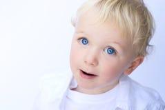 Giovane ragazzo che sorride sulla priorità bassa bianca Fotografia Stock Libera da Diritti