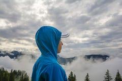 Giovane ragazzo che sta sul picco, Tirolo, Austria Fotografie Stock Libere da Diritti