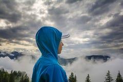 Giovane ragazzo che sta sul picco, Tirolo, Austria Immagine Stock Libera da Diritti