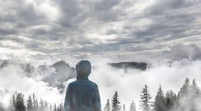 Giovane ragazzo che sta sul picco, Tirolo, Austria Fotografie Stock